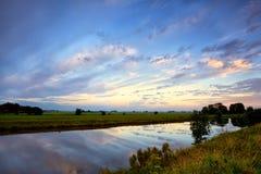 Dramatisk cloudscape på sommarsoluppgången Royaltyfria Bilder