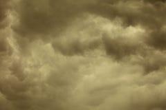 dramatisk cloudscape Stormiga moln på himlen Arkivfoto