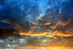 Dramatisk färghimmel Solnedgång Arkivbild