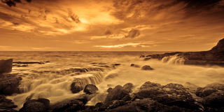 Dramatisk färgrik havsolnedgång Arkivfoto