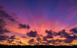 Dramatisk färgrik skymninghimmel med att sväva moln Royaltyfria Bilder