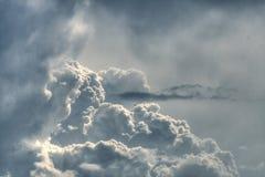 dramatisk fluffig grå sky Royaltyfria Bilder