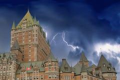 dramatisk frontenacsky för chateau Arkivbild