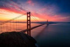 Dramatisk Golden gate bridge soluppgång Arkivfoton