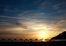 Dramatisk gryninghimmel i bakgrundshavskust Fotografering för Bildbyråer