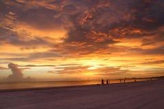 Dramatisk gul solnedgång Arkivfoto