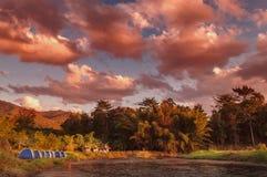 Dramatisk guld- timme på flod-sida det campa området Arkivfoton