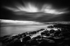 Dramatisk havsolnedgång med den rullningsoklarheten och waven Royaltyfri Foto