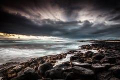 Dramatisk havsolnedgång med den rullningsoklarheten och waven Royaltyfria Bilder