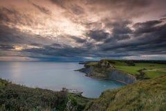 Dramatisk himmel över den Dorset kusten Royaltyfria Bilder