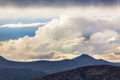 Dramatisk himmel över höga berg Arkivbilder