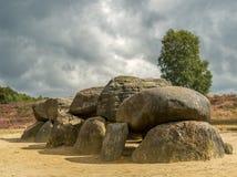 Dramatisk himmel över megalitiska stenar i Drenthe, Nederländerna royaltyfria foton