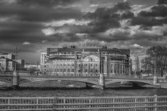 Dramatisk himmel över politik royaltyfria bilder
