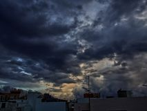 Dramatisk himmel, guld- härlig himmel som är mörk och royaltyfria bilder