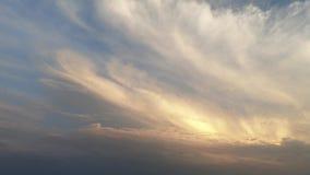 Dramatisk himmel med moln p? solnedg?ngen arkivfilmer