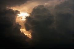 Dramatisk himmel med stormmolnet Arkivfoto
