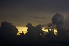Dramatisk himmel med stormmolnet Arkivfoton