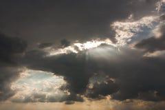 Dramatisk himmel med stormmolnet Royaltyfri Foto