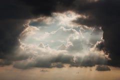 Dramatisk himmel med stormmolnet Royaltyfria Foton