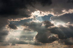 Dramatisk himmel med stormmolnet Arkivbilder