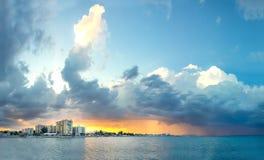 Dramatisk himmel ovanför Larnaca, Cypern Royaltyfri Bild