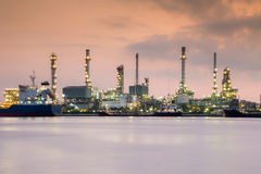Dramatisk himmel under soluppgång, för raffinaderibransch för bensin kemisk strand för växt Arkivbild