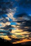 Dramatisk himmel under sommar i Sverige royaltyfria bilder