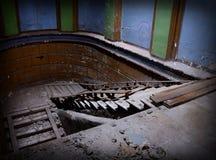 Dramatisk inre med trappa av övergiven byggnad Royaltyfri Foto