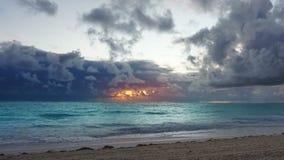 Dramatisk karibisk soluppgång över havvågor storm stock video