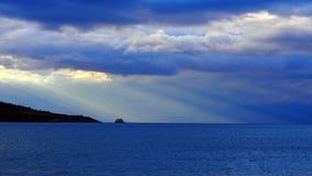 Dramatisk ljus Panormos fjärd arkivbild