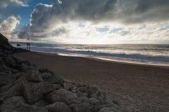 Dramatisk lynnig atmosfär på den atlantiska kustlinjen i aftonsommartid, biarritz, Frankrike royaltyfria foton