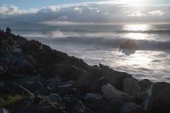 Dramatisk lynnig atmosfär på den atlantiska kustlinjen i aftonsommartid, biarritz, Frankrike arkivfoto