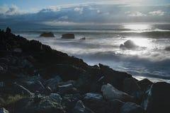 Dramatisk lynnig atmosfär på den atlantiska kustlinjen i aftonsommartid, biarritz, Frankrike royaltyfri foto