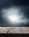 Dramatisk mörk skybakgrund Arkivbild