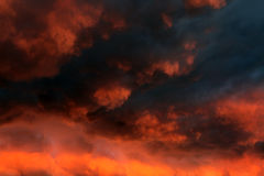 Dramatisk molnbakgrund royaltyfria bilder