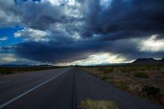 Dramatisk molnhimmel för stormiga moln i I-15 Nevada USA Arkivbilder
