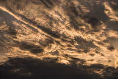 Dramatisk molnhimmelsolnedgång Arkivbild