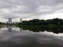 Dramatisk molnig himmel reflekterar i sjövattnet Royaltyfri Fotografi