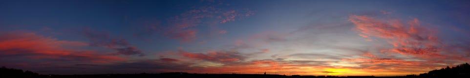 Dramatisk molnig soluppgångpanorama arkivfoto