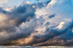 Dramatisk morgonhimmel med regnmoln Arkivbilder