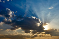Dramatisk morgonhimmel med solstrålar Royaltyfria Bilder