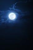 Dramatisk nattetidmoln och himmel med den härliga fulla blåa månen Arkivbild
