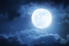 Dramatisk nattetidmoln och himmel med den stora fulla blåa månen Fotografering för Bildbyråer