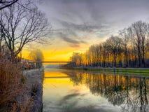 Dramatisk och f?rgrik soluppg?ng ?ver ett h?rligt flodlandskap fotografering för bildbyråer