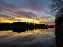 Dramatisk och f?rgrik soluppg?ng ?ver ett h?rligt flodlandskap royaltyfria foton