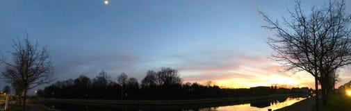 Dramatisk och f?rgrik soluppg?ng ?ver ett h?rligt flodlandskap royaltyfri foto