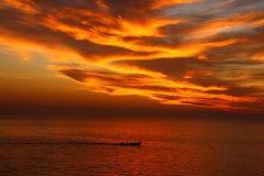 dramatisk orange sky Arkivbild