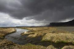 Dramatisk panorama av en flod i söderna av Island Royaltyfria Bilder