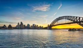 Dramatisk panorama- solnedgångfotoSydney hamn arkivbilder
