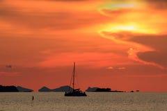 Dramatisk röd solnedgånghimmel och det tropiska havet avbildar Arkivbild